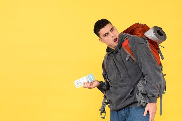 Vooraanzicht verbaasde reiziger man met rode rugzak met kaartje