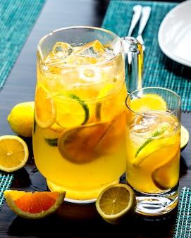 Vooraanzicht verkwikkende limonade met limoen en sinaasappel