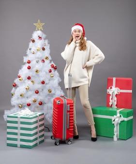 Vooraanzicht verrast kerst meisje met kerstmuts