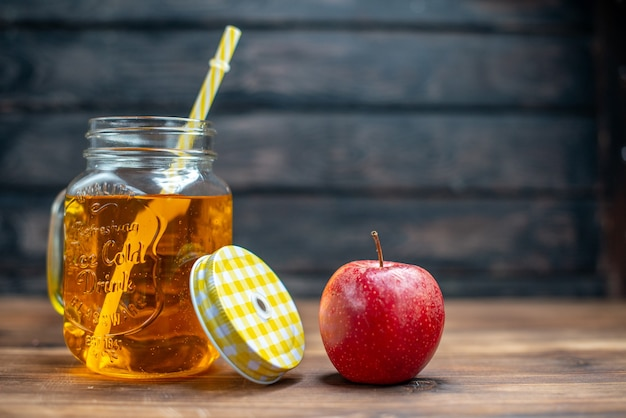 Vooraanzicht vers appelsap in blik met verse appels op donkere barvruchten drink fotococktailkleur