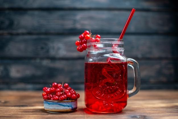 Vooraanzicht vers cranberrysap in blikje op de donkere bar fruit foto cocktail kleur drankje bes