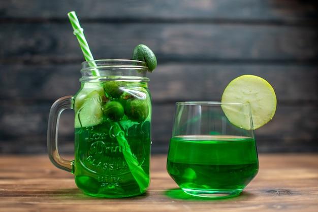 Vooraanzicht vers feijoa-sap in blik met rietje op donkere bar fruit foto cocktail kleur drankje