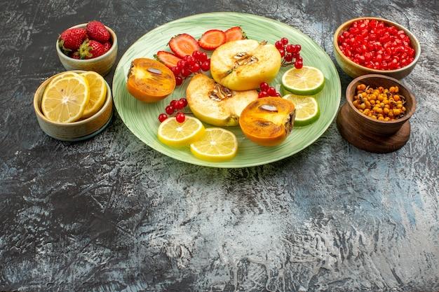 Vooraanzicht vers fruit kweeperen citroenen en ander fruit op lichte tafel fruit vers veel