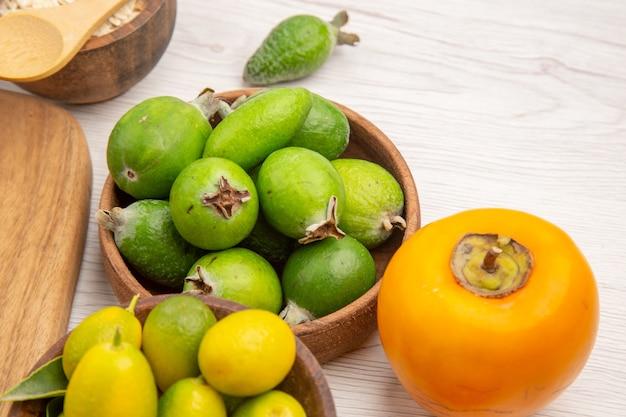 Vooraanzicht vers fruit samenstelling op witte achtergrond bes citrus gezondheid boom kleur foto rijp fruit smakelijk