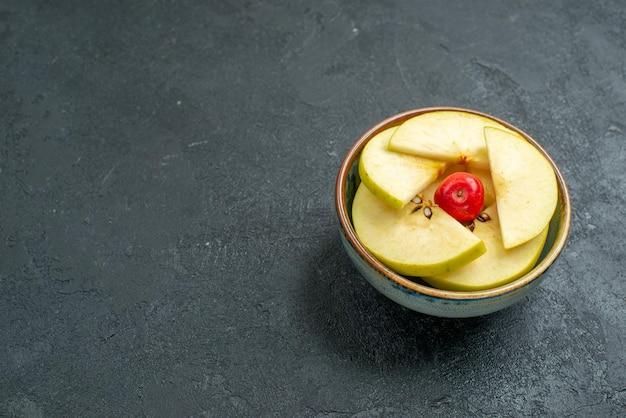 Vooraanzicht vers gesneden appels in kleine pot op grijze achtergrond vers fruit zacht rijp