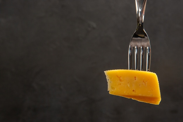 Vooraanzicht vers gesneden kaas op vork donkere maaltijd kleurenfoto ontbijt knapperig