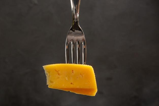 Vooraanzicht vers gesneden kaas op vork donkere snack maaltijd kleurenfoto ontbijt knapperig
