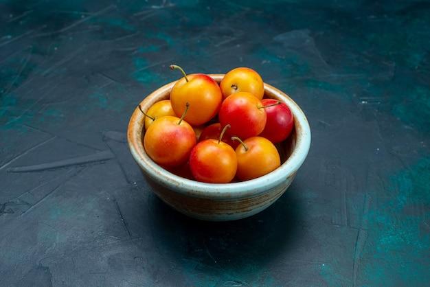 Vooraanzicht vers kersen-pruimen zuur en zacht fruit in kleine pot op het donkerblauwe oppervlak fruit zacht vers