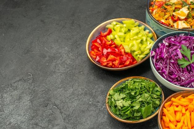 Vooraanzicht verschillende gesneden groenten met kipsalade op het donkere dieet van de lijstgezondheid