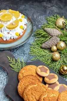 Vooraanzicht verschillende heerlijke koekjes met cake op het licht-donkere oppervlak