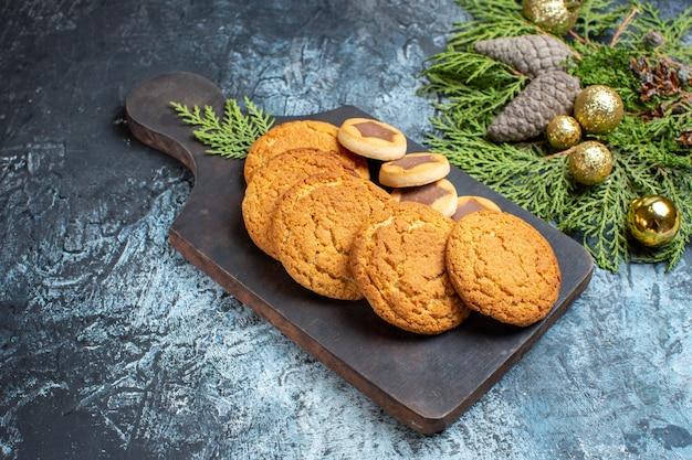 Vooraanzicht verschillende heerlijke koekjes op licht-donker oppervlak