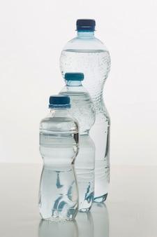 Vooraanzicht verschillende maten flessen gevuld met water