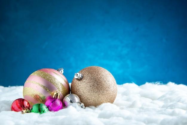 Vooraanzicht verschillende maten kerstboomballen