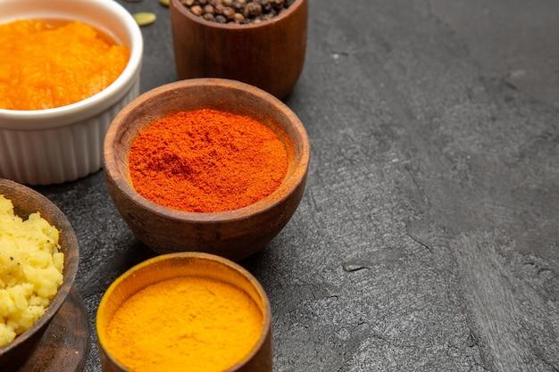 Vooraanzicht verschillende smaakmakers met gepureerde pompoen op donkergrijze bureaukleur pittige peper edgy