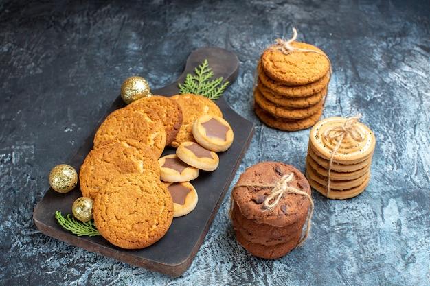 Vooraanzicht verschillende smakelijke koekjes op licht-donker oppervlak