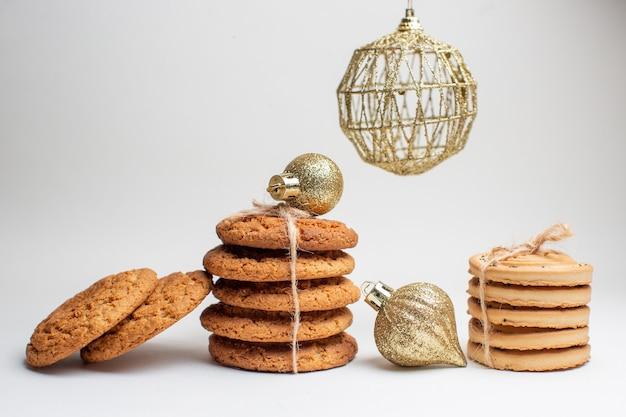 Vooraanzicht verschillende smakelijke koekjes op witte achtergrond