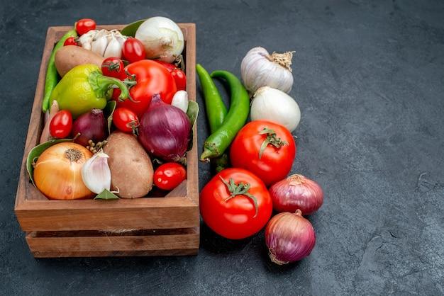 Vooraanzicht verschillende verse groenten op donkere tafel verse salade groente rijp