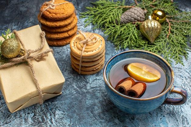 Vooraanzicht verschillende zoete koekjes met kopje thee op de lichte achtergrond