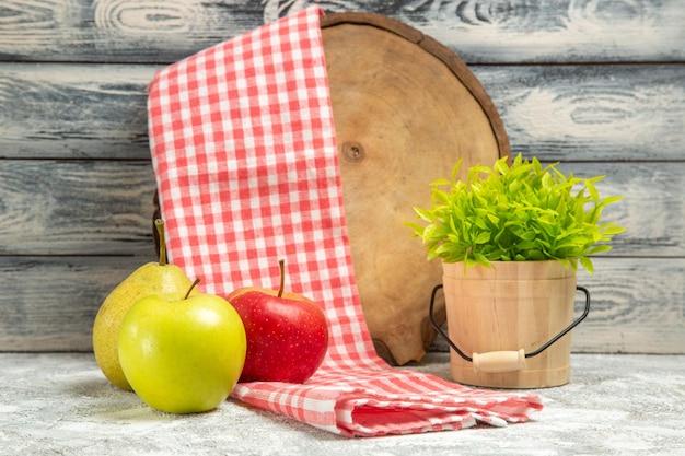 Vooraanzicht verse appels met peer op grijze achtergrond fruit appel zacht vers Gratis Foto