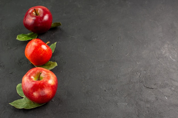 Vooraanzicht verse appels zacht fruit op donkere tafelboom rijp fruit rood vers