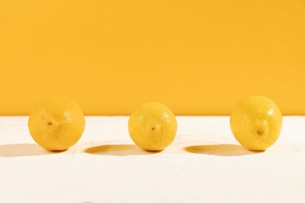 Vooraanzicht verse citroenen op tafel
