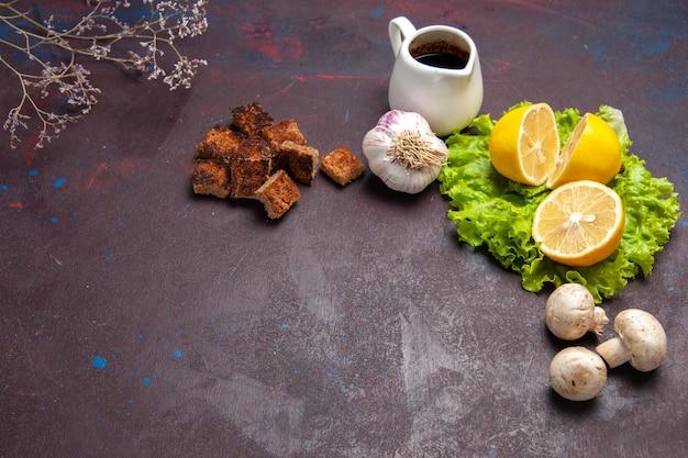 Vooraanzicht verse citroenplakken met groene salade op donkere ruimte