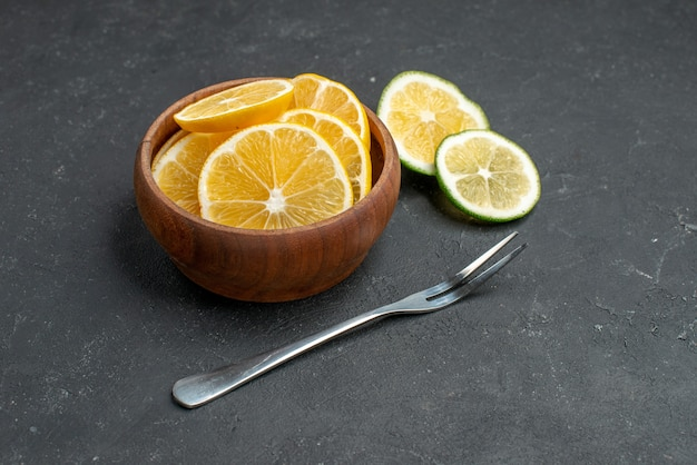 Vooraanzicht verse citroenplakken op donkere achtergrond