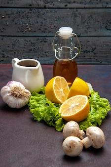 Vooraanzicht verse citroenschijfjes met groene salade en champignons op donkere ruimte