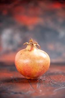 Vooraanzicht verse granaatappel op geïsoleerde achtergrond vrije plaats