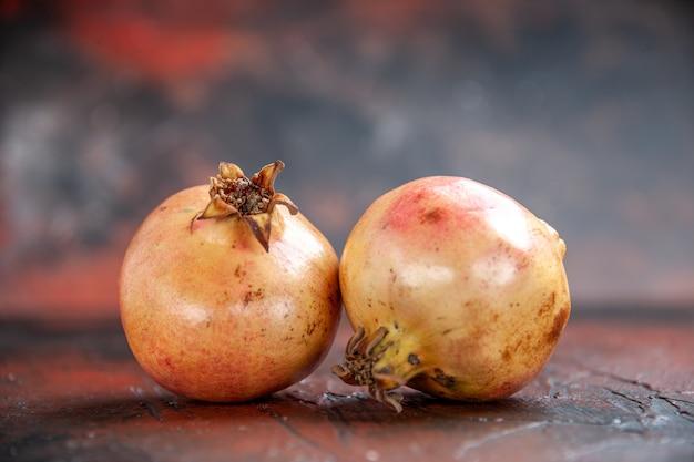 Vooraanzicht verse granaatappels op kopieerruimte
