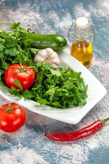 Vooraanzicht verse greens met groenten op een lichtblauwe achtergrond rijpe salade foto maaltijd kleur
