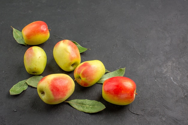 Vooraanzicht verse groene appels met groene bladeren op donkere tafelboom zacht rijp vers