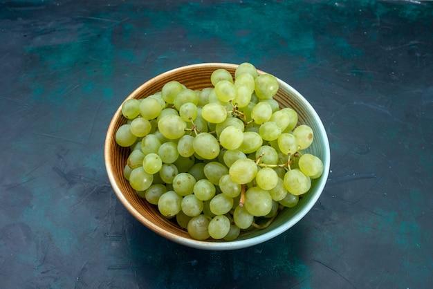 Vooraanzicht verse groene druiven binnen plaat op blauw