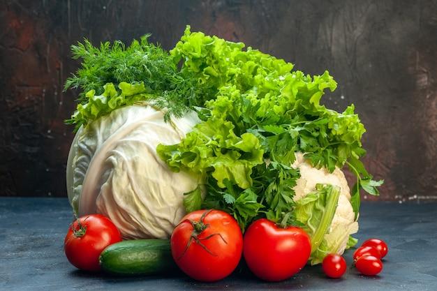 Vooraanzicht verse groenten kool paprika sla bloemkool peterselie tomaten komkommer dille op donkere ondergrond