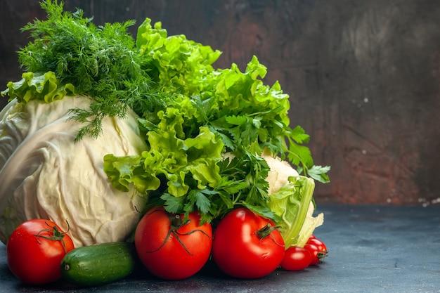 Vooraanzicht verse groenten kool peterselie paprika sla dille bloemkool tomaten komkommer op donkere ondergrond