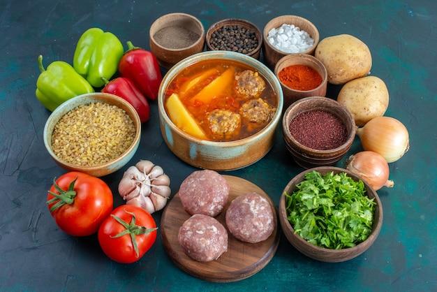 Vooraanzicht verse groenten met kruiden vlees soep en greens op donkerblauwe oppervlakte plantaardige voedsel maaltijd schotel