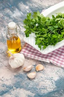 Vooraanzicht verse groenten met olie op een lichte achtergrond salade kleur rijp foto maaltijd