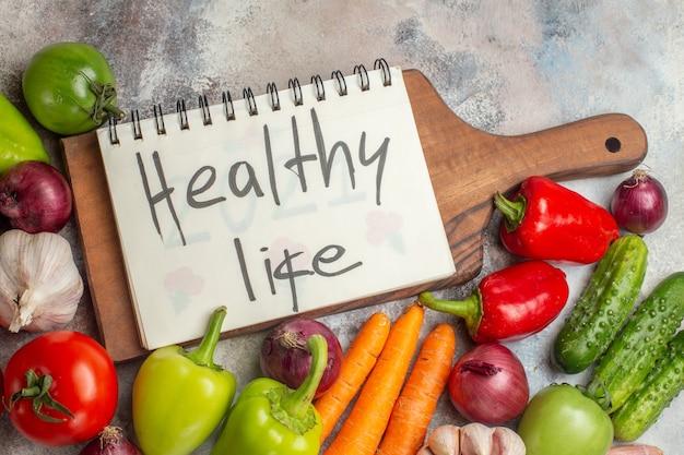 Vooraanzicht verse groenten samenstelling op de witte achtergrond maaltijd kleur gezond leven rijp dieet salade