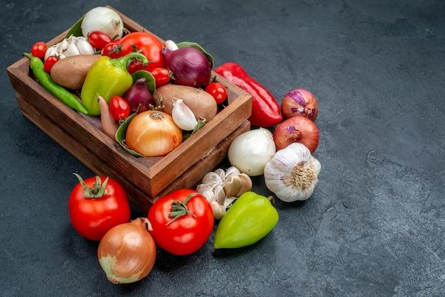 Vooraanzicht verse groenten samenstelling op donkere tafel rijpe frisse kleurensalade