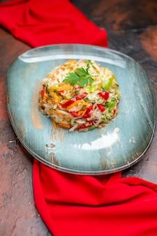 Vooraanzicht verse groentesalade binnen plaat met rood weefsel op een donkere foto gezond leven voedsel dieet kleur maaltijd