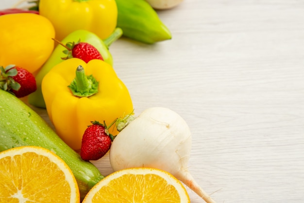 Vooraanzicht verse groentesamenstelling met fruit op witte achtergrond maaltijd kleur rijpe salade rijp fruit vrije ruimte