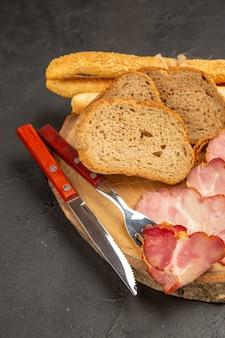 Vooraanzicht verse ham plakjes met broodjes en sneetjes brood op donkere snack vlees kleur foto voedsel maaltijd