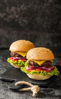 Vooraanzicht verse hamburgers met kopie-ruimte