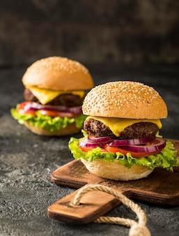 Vooraanzicht verse hamburgers op snijplank