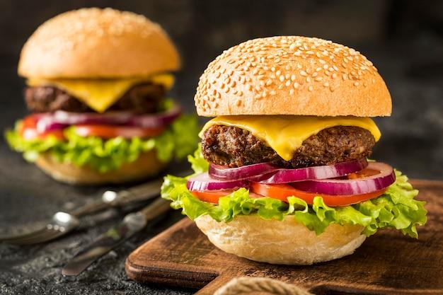 Vooraanzicht verse hamburgers