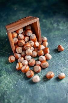 Vooraanzicht verse hazelnoten op de donkerblauwe dopnoot foto walnoot pinda kleur snack cips