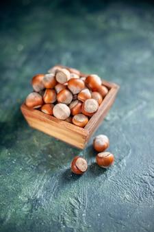 Vooraanzicht verse hazelnoten op een donkerblauwe noot cips foto snack schelp walnoot pinda kleur