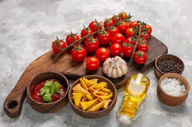 Vooraanzicht verse kersentomaten met kruiden op witte salade van de het voedselgezondheid van de oppervlakte plantaardige maaltijd