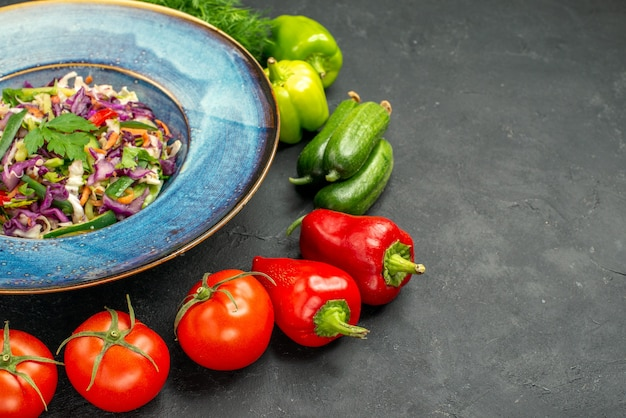 Vooraanzicht verse koolsalade met greens en groenten op donkere achtergrond gezonde salade maaltijd eten rijp