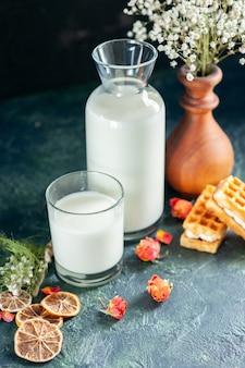 Vooraanzicht verse melk met koekjes op donkerblauwe ochtendtaart dessert zoete honing ontbijtmelk